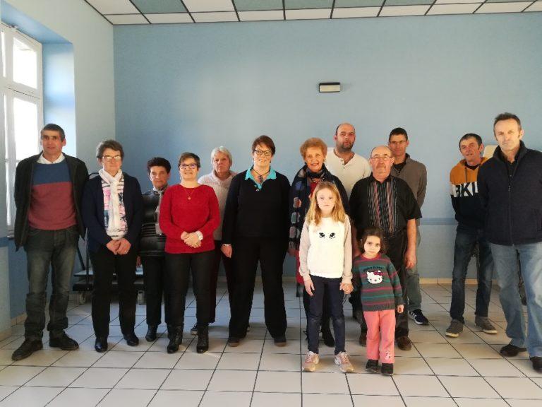 Pierrette Legros entouré de son conseil municipal, des employés communaux et d'habitants